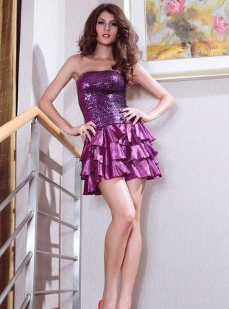 Lila flitterekkel díszített party ruha